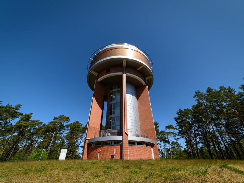 Wieża ciśnień z tarasem już ponad lasami Wyspy Sobieszewskiej