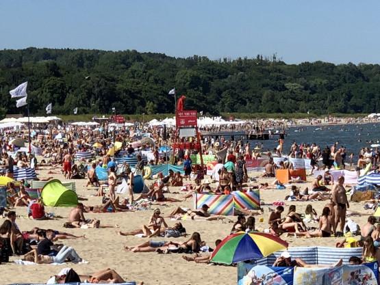 Tłumy na plaży w Sopocie