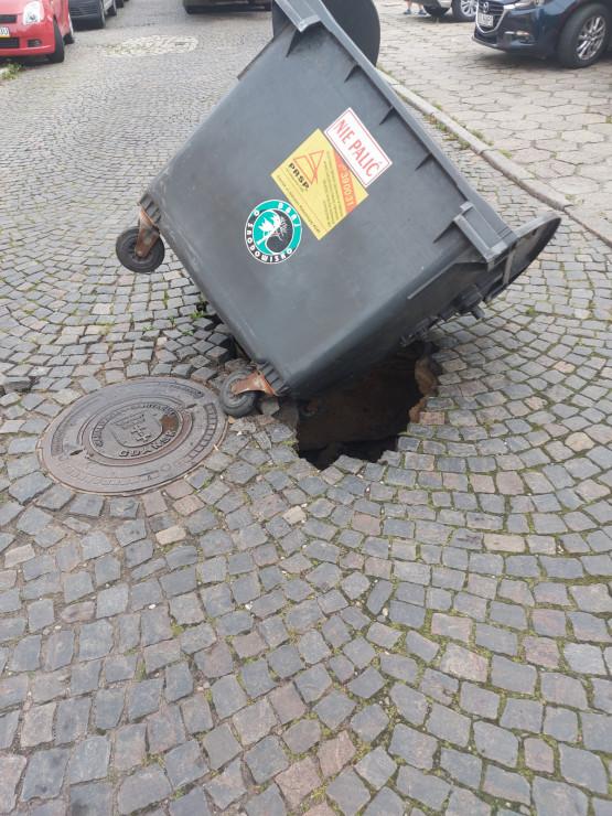 Dziura na ul. Sochaczewskiej w Gdańsku