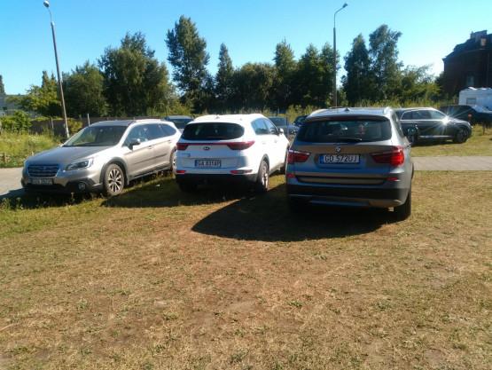 Dziki parking tuż przy komendzie na Siennej Grobli