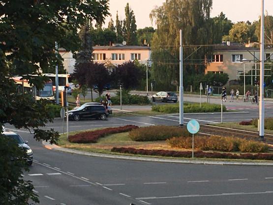 Samochód na torach Piastowska/Chłopska