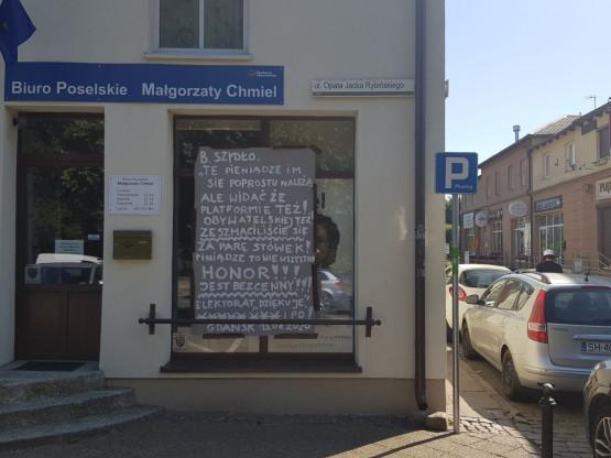 Transparent w oknie biura poselskiego w Oliwie
