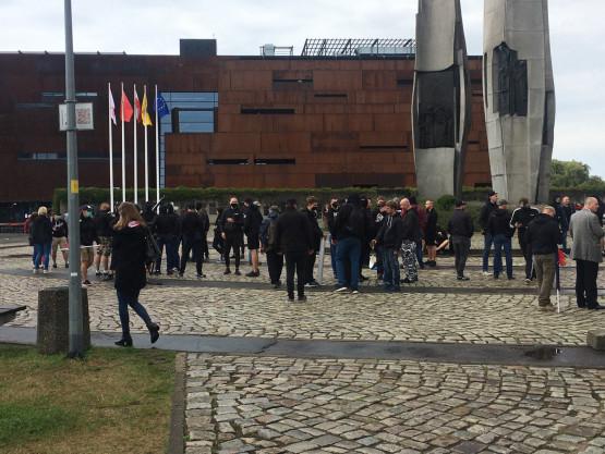 Narodowcy zbierają się na placu Solidarnosci