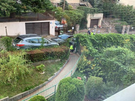 Policja przeszukuje porzucone auto