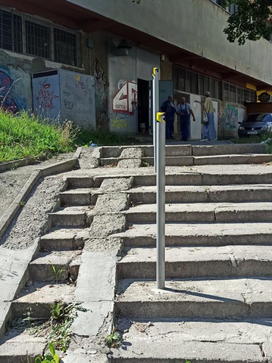 Nie wyremontowali schodów, zrobili słupki