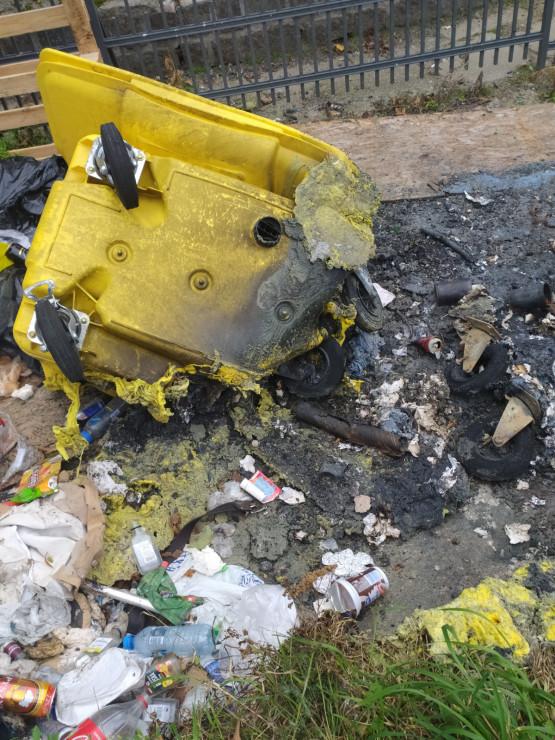 Bałagan po pożarze śmietników we Wrzeszczu
