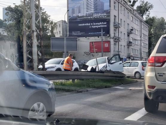 Samochód uderzył w barierki na ul. Morskiej