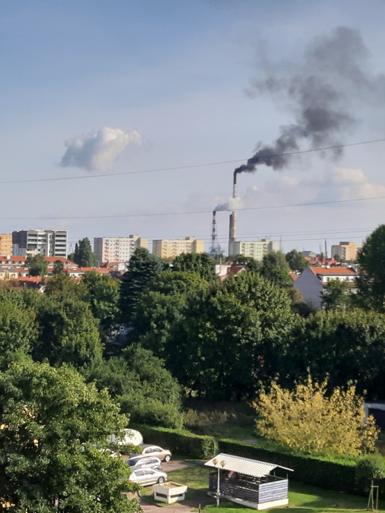 Ciemny dym z komina gdańskiej elektrociepłowni