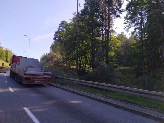Ciężarówka blokuje prawy  pas zjazdu z obwodnicy na estakadę