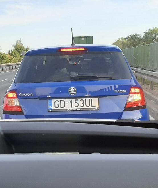 Śmieci na oknem samochodu na obwodnicy