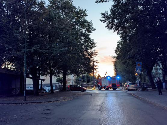 Ul. Śląska. Słupy wysokiego napięcia na jezdni