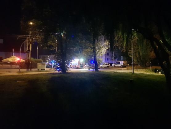 Trzy wozy strażackie i policja przy ulicy Chwarznieńskiej