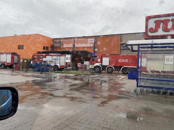 4 wozy strażackie przy OBI na Przywidzkiej w Gdańsku
