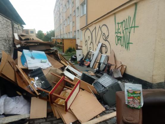 Góra śmieci utrudnia dotarcie do śmietnika