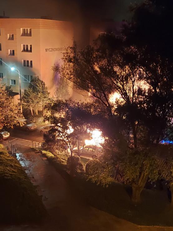 Płonie auto przy ul. Myczkowskiego na Morenie
