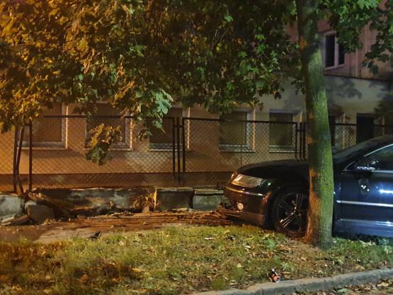 Nowy Port: auto wjechało w drzewo