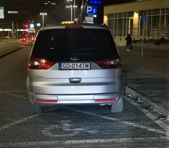 Taksówkarz parkuje na miejscu dla niepełnosprawnych