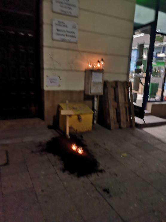Znicze pod siedzibą PiS w Gdyni