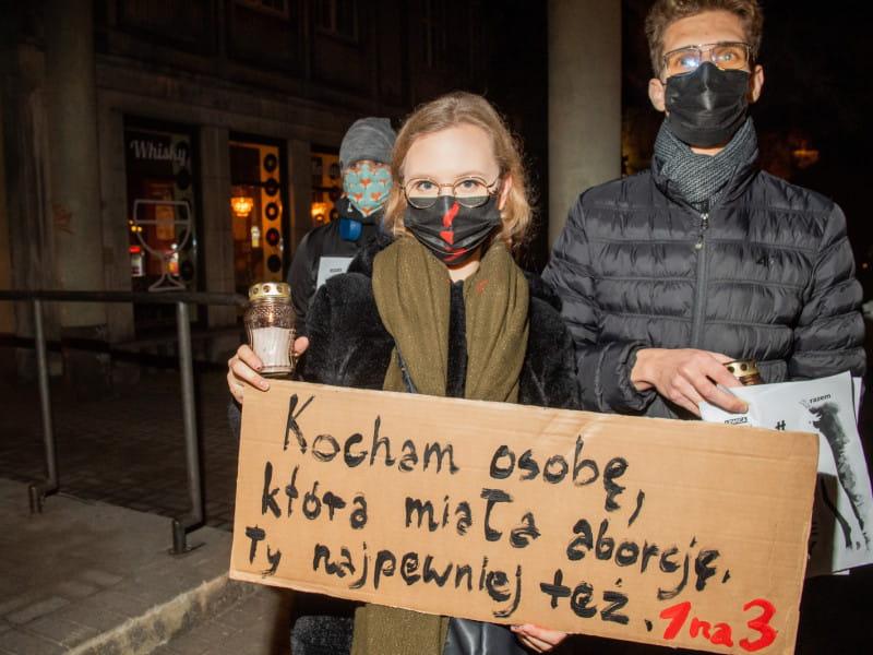Znicze przed biurami PiS i protesty w Trójmieście