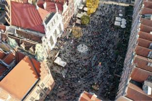 Widok z góry na protesty pod Neptunem