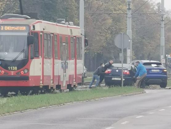 Stłuczka na przejeździe tramwajowym ul. Hallera