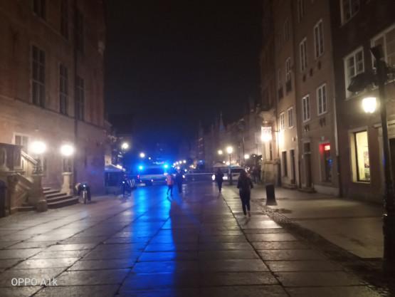 Szpaler policji zamknął ul. Długą