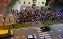 Protest kobiet idzie ulicą Śląską w Gdyni