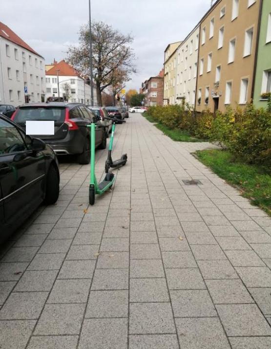 Hulajnogi zastawiają chodniki