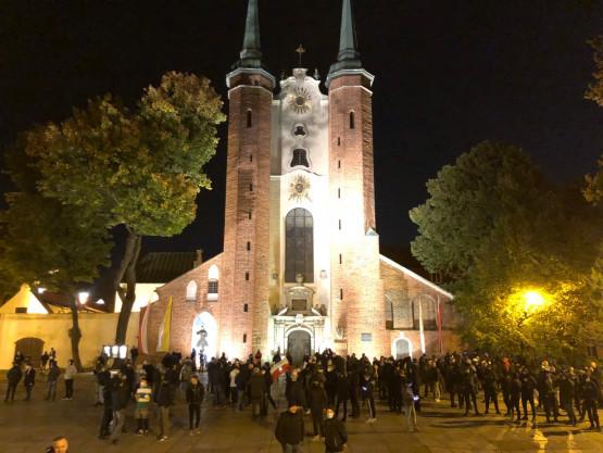 Obrońcy kościoła zbierają się pod katedrą w Oliwie