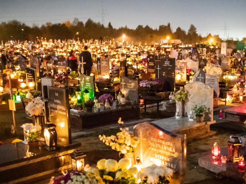 Oblężenie cmentarzy w piątkowy wieczór