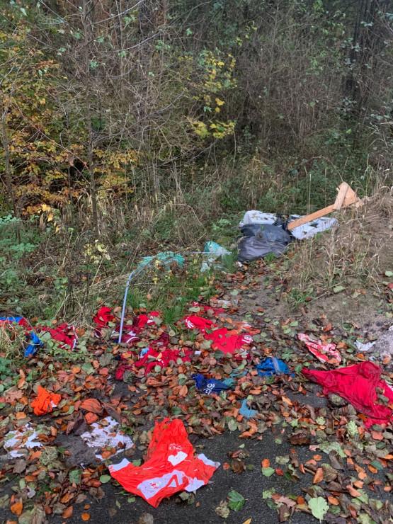 Porzucone śmieci w lesie na Kowalach