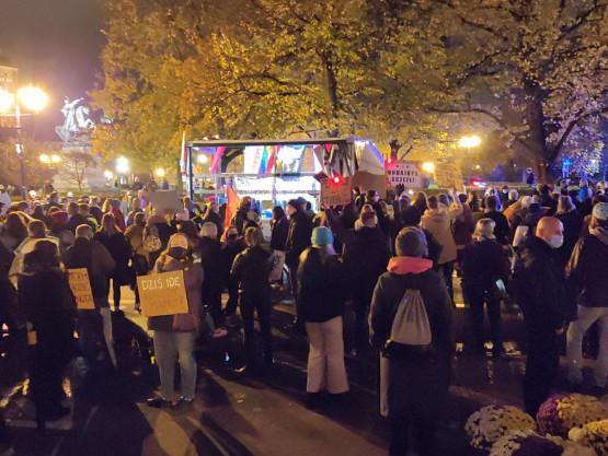 Manifestacja rusza w kierunku dworca