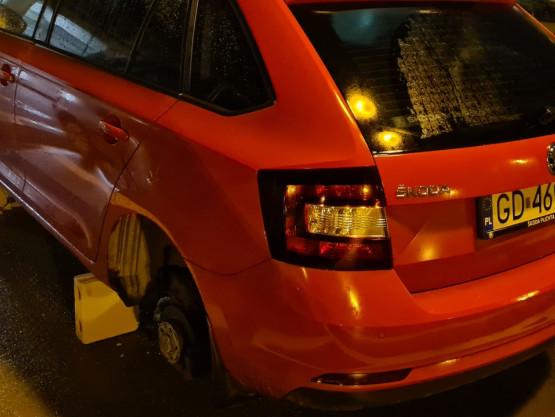 Okradziony samochód  z kół na Lawendowym Wzgórzu