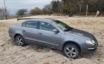 Samochód utknął na plaży w Brzeźnie
