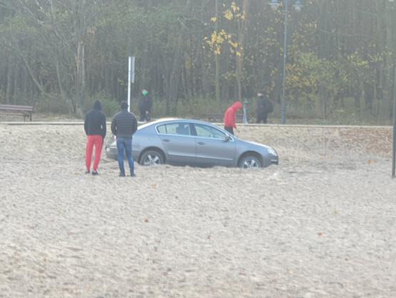 Samochód na plaży w Brzeźnie
