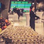 Usługi cateringowe - stół z przekąskami i owocami