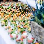 Catering z kolorowymi przekąskami w stylu wege