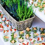 Catering w pucharkach z jedzeniem wegetariańskim ze stołem udekorowanym wrzosem