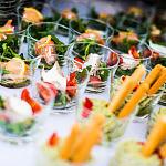 Kolorowe przekąski cateringowe w kokilkach