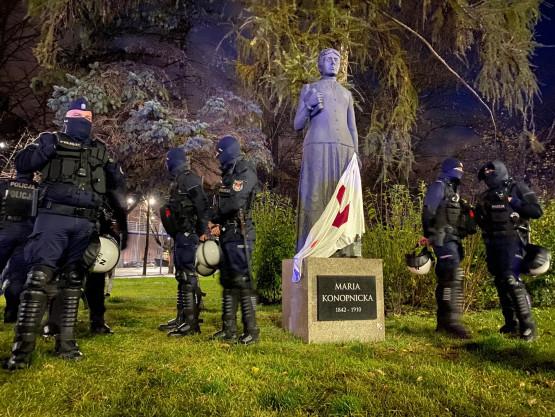 Policja pilnuje pomnika Konopnickiej