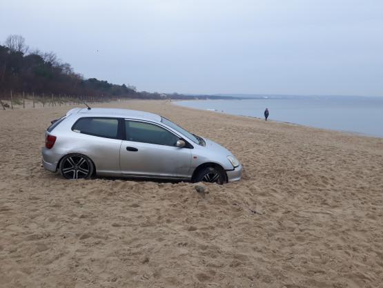 Samochód wjechał na plażę w Brzeźnie
