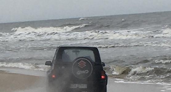 Auto na plaży w Sobieszewie