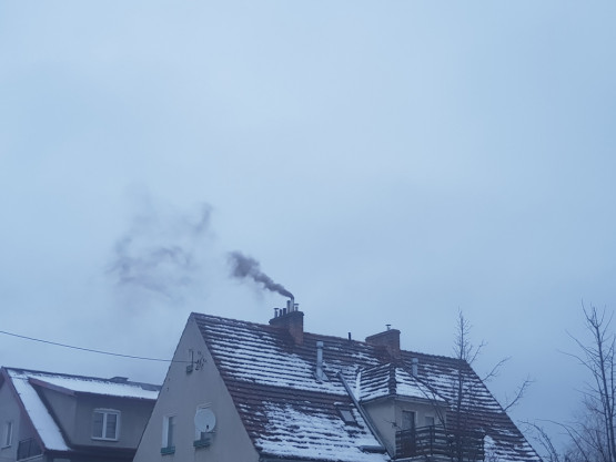 Czarny dym z komina domu na Przymorzu