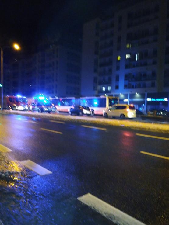 Zderzenie autobusu z dwoma samochodami