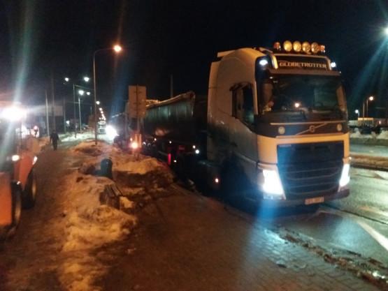 """""""Parking"""" ciężarówek na przystanku"""