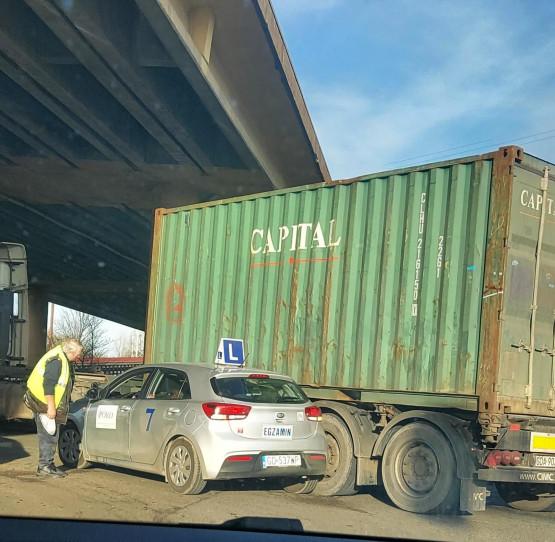 Samochód nauki jazdy zderzył się z ciężarówką w Gdyni