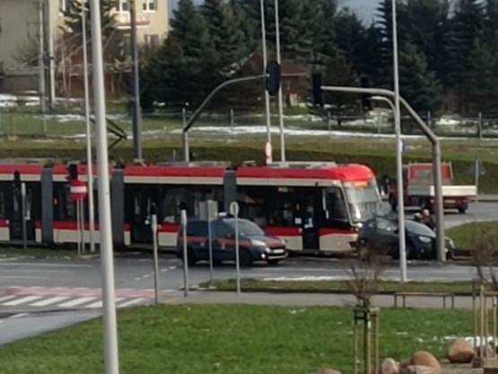 Zderzenie tramwaju z autem na al. Adamowicza