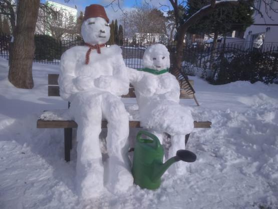 Śnieżne figury przy ul. Piastowskiej