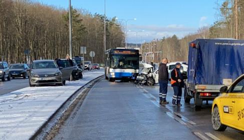 Czołowe zderzenie auta z autobusem na Chwarznieńskiej