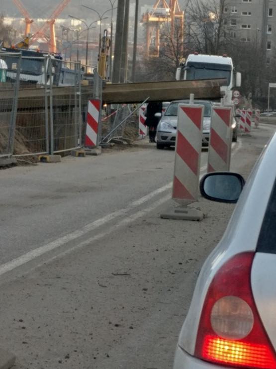 Na Kwiatkowskiego spadł element budowlany na samochód